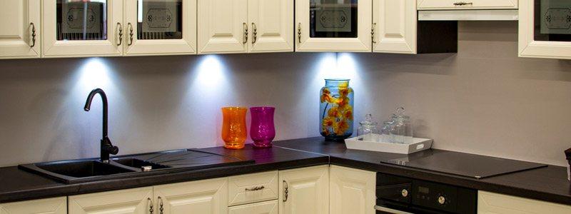 nieuwe keukenfrontjes geplaatst in een keuken