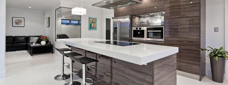 moderne keuken waarvan de keukenkastjes opgeknapt werden