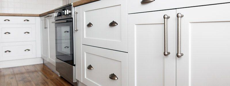 witte keukenkastjes waarvan de folie is vervangen