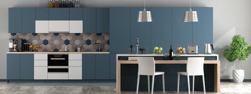 strak vormgegeven keuken met vernieuwde keukenkastjes