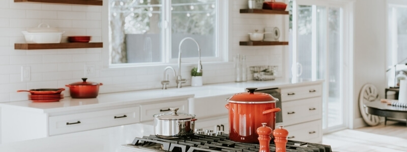 witte keuken keukenblad rode pannen