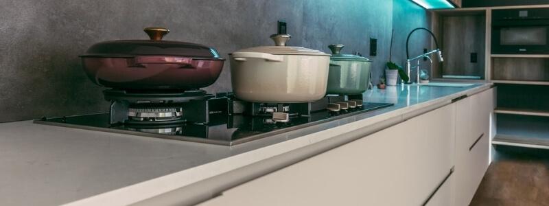 keuken wit modern gasfornuis ketel beton tegel wand