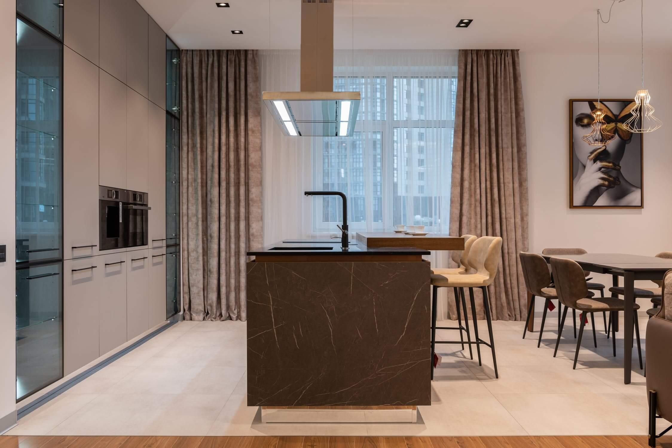 keuken grijs modern keukeneiland marmer motief zwart