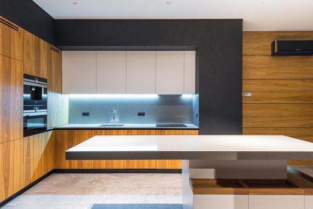 houten keuken modern zwart witte kastjes keukeneiland